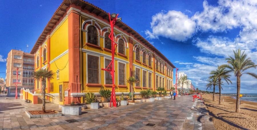Antiguo_Colegio_Sant_Sebastià_de_Vinaròs,_aspecto_del_edificio_visto_desde_la_plaza_De_la_Mera_el_20_de_Enero_de_2014_2014-01-22_03-54