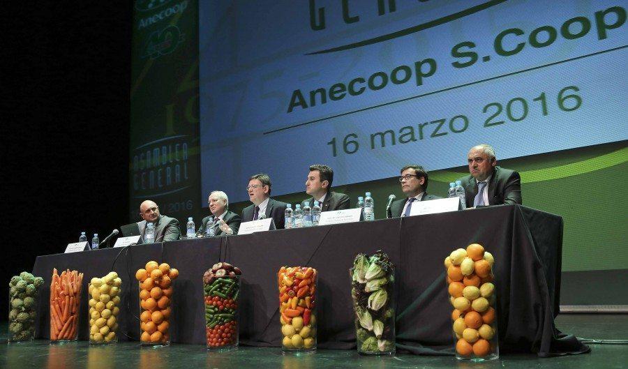 El President de la Generalitat, Ximo Puig, asiste a la clausura de la asamblea general de ANECOOP con motivo del 40 aniversario de su constitución y a la posterior comida. 16/03/2016. Foto: J.A.Calahorro.